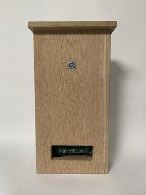 DepoDog Wood, de houten dispenser voor hondenpoepzakjes. Natuurlijke uitstraling. Afmeting 54 hoog x 29 breed x 10 diep